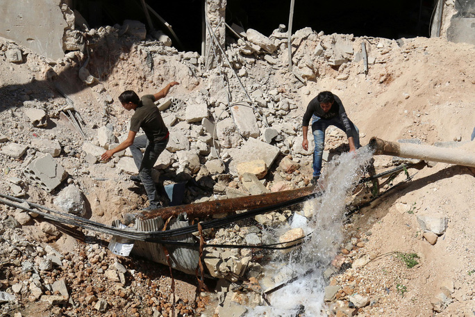 Cư dân TP Aleppo đang sống trong cảnh thiếu nước sạch kể từ khi chiến sự leo thang mấy ngày qua Ảnh: REUTERS