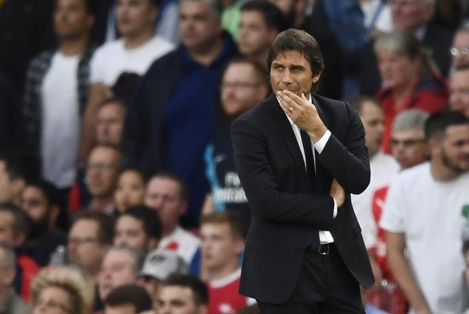 HLV Conte đang cố gắng ngăn đà sa sút của Chelsea. Ảnh: REUTERS