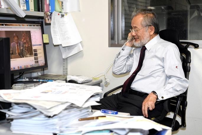 Ông Yoshinori Ohsumi trả lời điện thoại sau khi được trao giải Nobel Y học ngày 3-10Ảnh: Kyodo