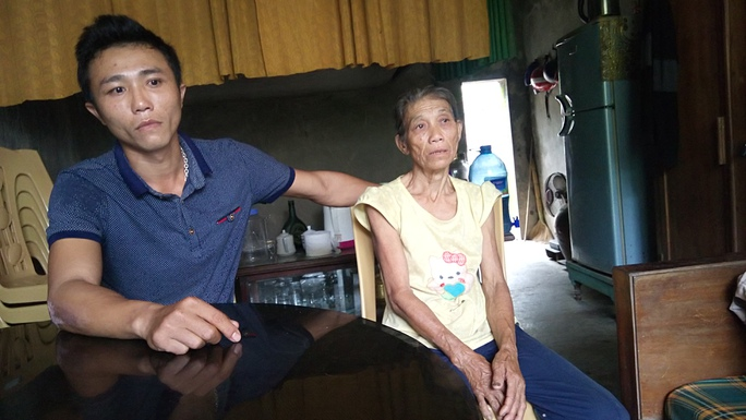 Gia đình bà Lê Thị Nuôi sau khi nhận được 500.000 đồng cứu trợ thì bị lãnh đạo thôn đến thu lại 400.000 đồng