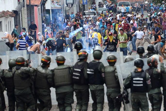 Người biểu tình và lực lượng an ninh đối đầu tại TP San Cristobal hôm 26-10 Ảnh: Reuters