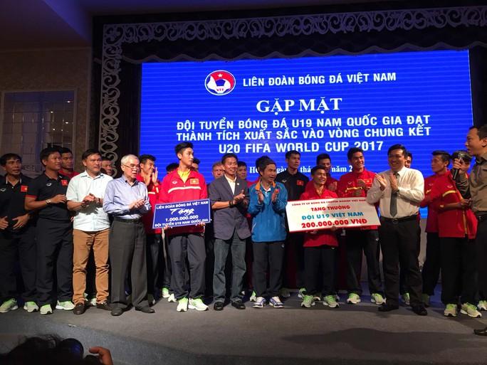 HLV Hoàng Anh Tuấn (mặc áo veston) và đội tuyển U19 Việt Nam trong lễ đón tiếp do VFF tổ chức