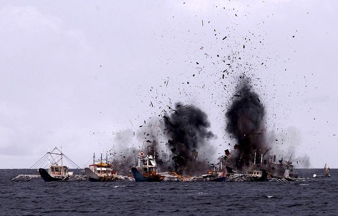 Hải quân Indonesia đánh chìm tàu nước ngoài đánh cá trái phép Ảnh: REUTERS
