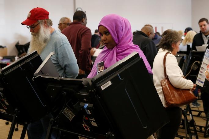 Cử tri tại TP Columbus, bang Ohio bỏ phiếu sớm hôm 28-10Ảnh: Reuters