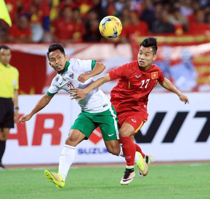 Andik Vermansyah (trái) tranh bóng với hậu vệ Văn Thanh ở trận giao hữu Indonesia thua Việt Nam 2-3 tại Hà Nội đầu tháng 11Ảnh: Hải Anh