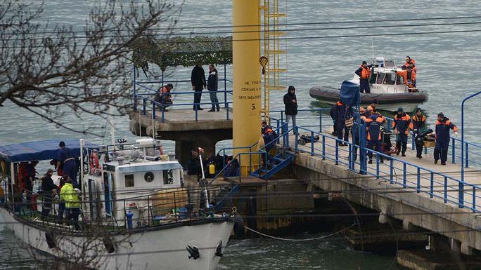 Bộ trưởng Bộ Quốc phòng Nga Sergei Shoigu nhận được báo cáo cập nhật mỗi giờ về hoạt động tìm kiếm, cứu nạn máy bay Tu-154. Ảnh: NTV