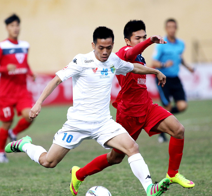Văn Quyết (trái) của CLB Hà Nội trong trận gặp Than Quảng Ninh ở V-League 2016 ;Ảnh: Hải Anh