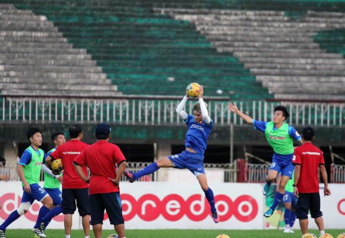Đội tuyển Việt Nam trong buổi tập chiều tối 15-11 tại Myanmar Ảnh: Ngọc Linh