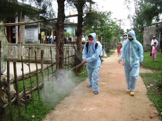 Ngành y tế tỉnh Quảng Trị tổ chức phun thuốc khử trùng ở huyện Triệu Phong