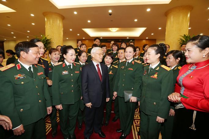 Tổng Bí thư Nguyễn Phú Trọng gặp mặt thân mật đại biểu phụ nữ quân đội tiêu biểu vào ngày 7-12 Ảnh: TTXVN