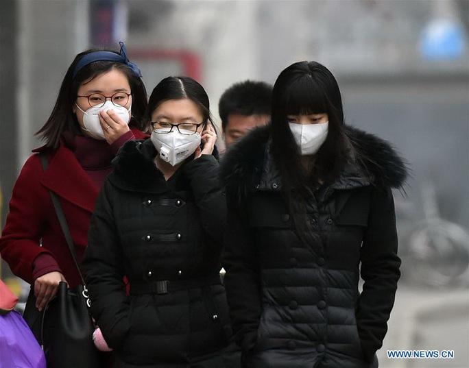 Người dân Bắc Kinh đeo khẩu trang ra đường Ảnh: TÂN HOA XÃ