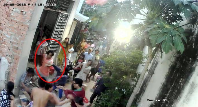 Cảnh ông Hiền cùng người thân kéo nhau đánh, ngăn không cho một số người đi qua con hẻm (Ảnh do camera an ninh ghi lại)