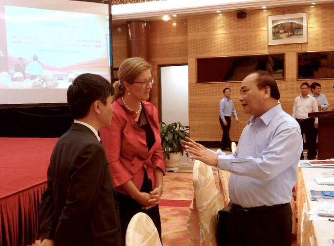 Thủ tướng Nguyễn Xuân Phúc trao đổi với đại biểu tại hội nghị ngày 15-10