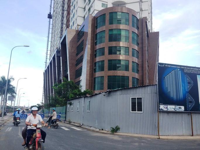 Cơ quan chức năng rào chắn, không cho xe chở vật liệu vào công trường xây dựng thêm tầng ở Mường Thanh Khánh HòaẢnh: KỲ NAM
