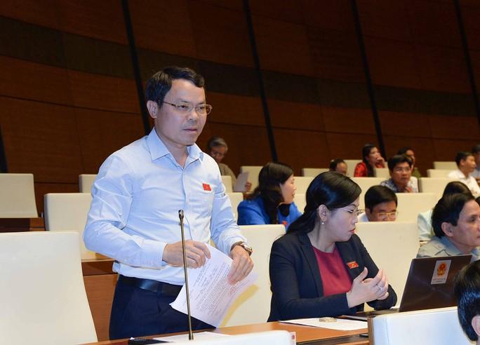 Đại biểu Nguyễn Tiến Sinh cho rằng nếu không biết tiền tham nhũng đi đâu thì khó diệt tham nhũng tận gốc Ảnh: NGUYỄN NAM