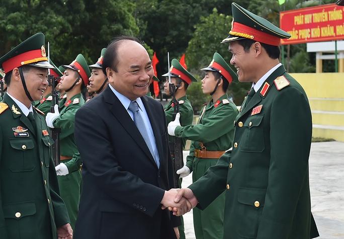 Thủ tướng Nguyễn Xuân Phúc thăm hỏi cán bộ, chiến sĩ Lữ đoàn 242 Ảnh: Thế Dũng