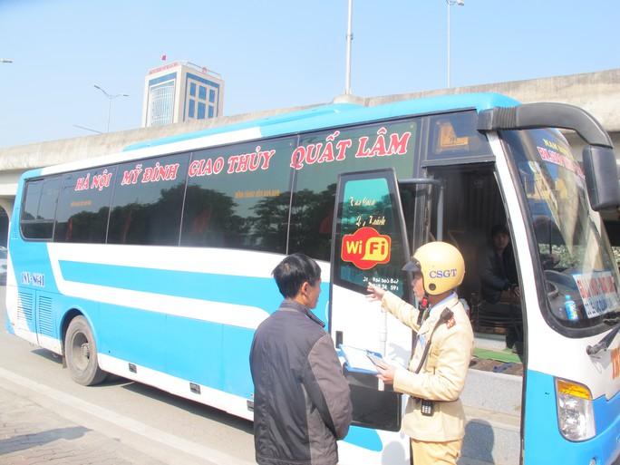 Xe khách dừng, đỗ sai quy định bị lực lượng CSGT TP Hà Nội xử lý