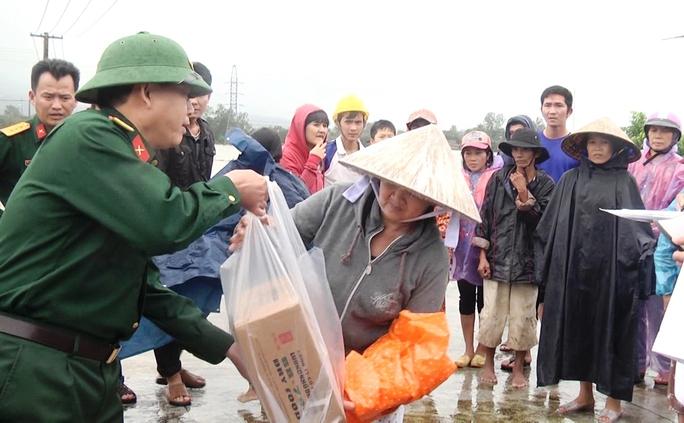 Trao lương khô của Bộ Quốc phòng hỗ trợ dân vùng lũ tỉnh Phú YênẢnh: Hồng Ánh