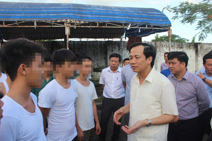 Bộ trưởng Đào Ngọc Dung nói chuyện với học viên cai nghiện trong khuôn viên Trung tâm Cai nghiện Đồng Nai vào chiều 7-11