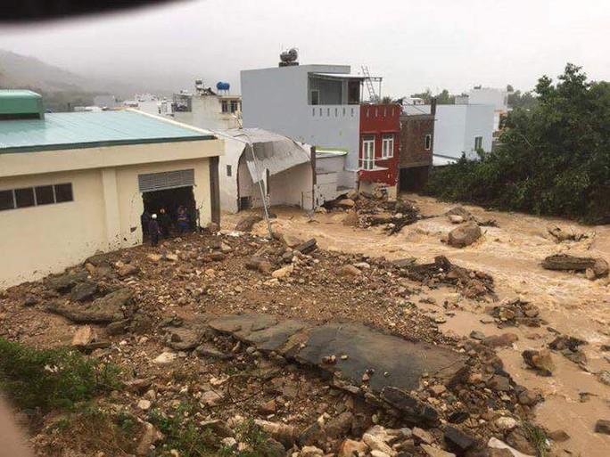 Thời tiết bất thường, mưa lớn kéo dài làm bùn lũ tràn vào nhiều nhà dân ở tỉnh Khánh Hòa Ảnh: Kỳ Nam