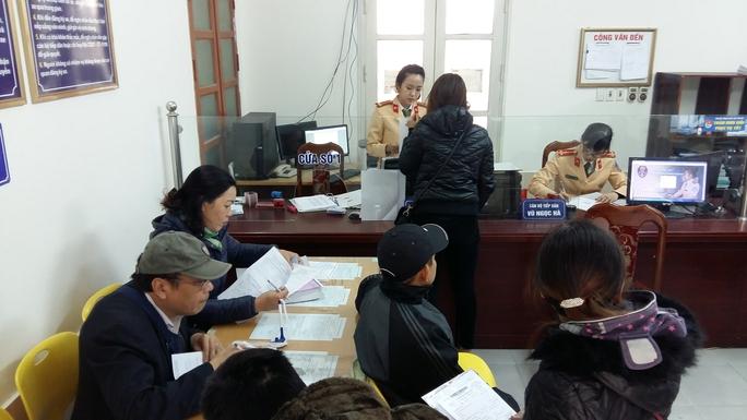 Nhiều người dân đến trụ sở Công an quận Hoàng Mai, TP Hà Nội để làm thủ tục sang tên Ảnh: NGUYỄN HƯỞNG