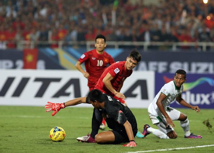 Công Vinh với pha xử lý lúng túng khiến Việt Nam vuột cơ hội ghi bàn trong trận bán kết lượt về AFF Suzuki Cup 2016 trước Indonesia