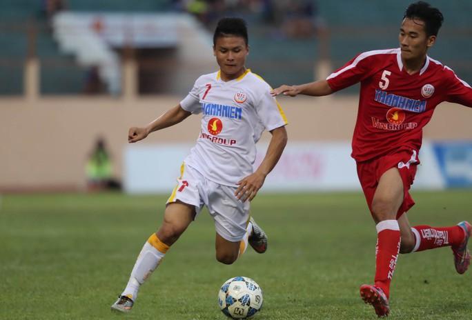 Quang Hải (trái) trong màu áo U21 Hà Nội T&T ở vòng loạiẢnh: Quang Liêm