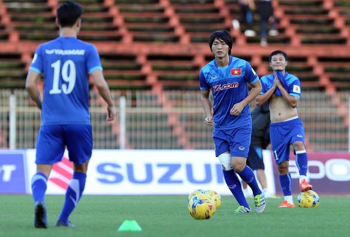 Tuấn Anh đã tập nhẹ với bóng dù gối phải vẫn băng bó Ảnh: Quang Liêm