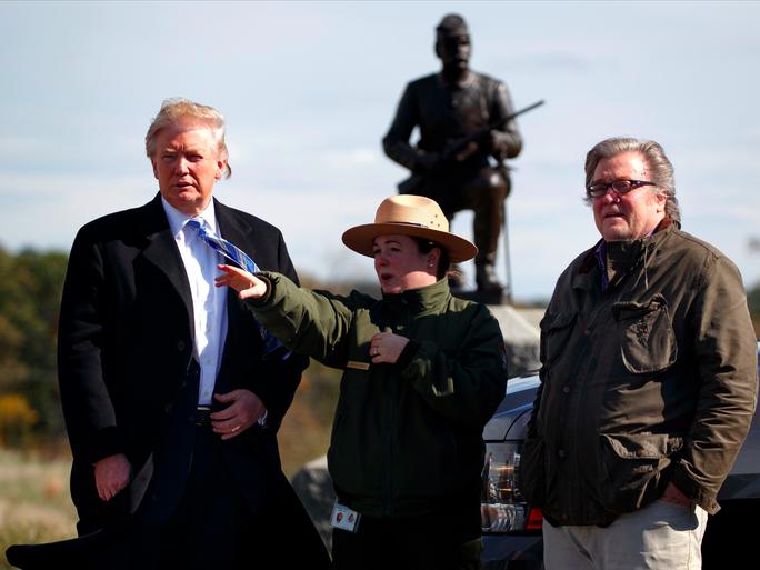 Ông Donald Trump (bìa trái) gây nhiều tranh cãi khi chọn ông Stephen Bannon (bìa phải) làm nhà chiến lược trưởng. Ảnh: AP