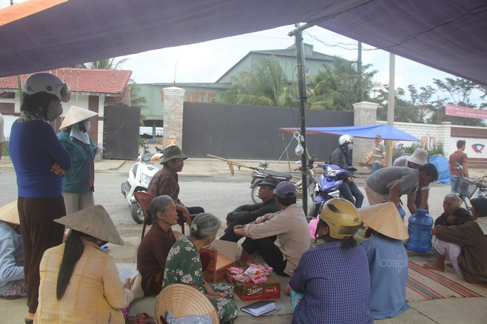 Người dân ở phường Điện Nam Đông, thị xã Điện Bàn, tỉnh Quảng Nam dựng lều phản ứng vì Công ty TNHH Thép Việt Pháp gây ô nhiễm môi trường vào cuối năm 2014