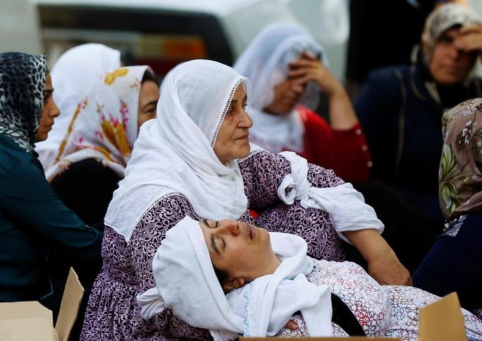 Người thân khóc thương các nạn nhân bên ngoài nhà xác bệnh viện ở TP Gaziantep ngày 21-8Ảnh: REUTERS