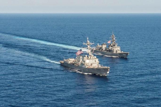 Tàu khu trục tên lửa Mỹ USS Mustin trao đổi thông tin với tàu JS Kirisame của Nhật Bản trong một cuộc tập trận ở biển Đông năm 2015Ảnh: REUTERS