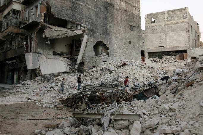 Một khu vực tại TP Aleppo tan hoang sau các vụ không kích Ảnh: Reuters