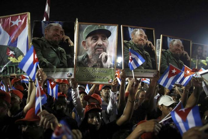 Người dân Cuba tiễn biệt lãnh tụ cách mạng Fidel Castro tại lễ mít tinh ở TP Santiago de Cuba tối 3-12 Ảnh: REUTERS