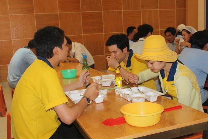 Công nhân Công ty CP Sản xuất Nhựa Duy Tân luôn được thưởng thức bữa ăn ngon, bảo đảm sức khỏe để làm việc Ảnh: THANH NGA