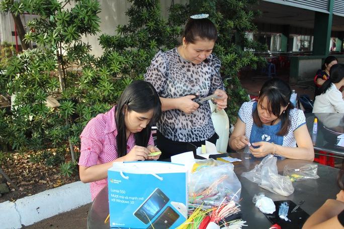 Hội thi trang trí thiệp Xuân, một trong những sân chơi mà LĐLĐ quận Gò Vấp, TP HCM tổ chức dành cho công nhân vào dịp Tết