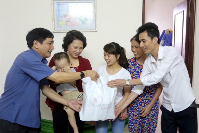 Chủ tịch Quốc hội Nguyễn Thị Kim Ngân (thứ 2 từ trái sang) và Chủ tịch Tổng LĐLĐ Việt Nam Bùi Văn Cường (bìa trái) thăm công nhân Ảnh: VĂN DUẨN