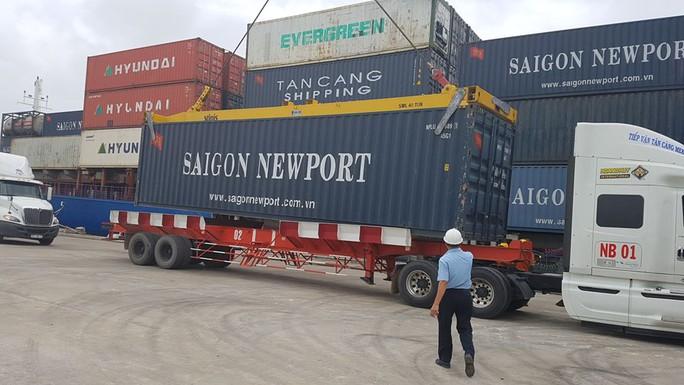 Bốc dỡ hàng hoá trên tàu Tân Cảng Pioneer.