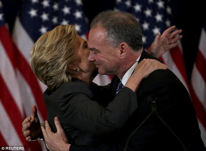 Bà Clinton ôm phó tướng Tim Kaine của mình. Ảnh: Reuters