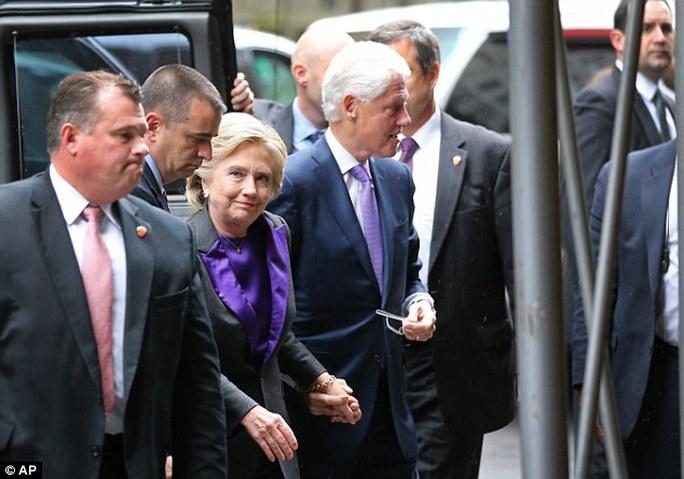 Bà Clinton đến khách sạn New York cùng chồng... Ảnh: AP