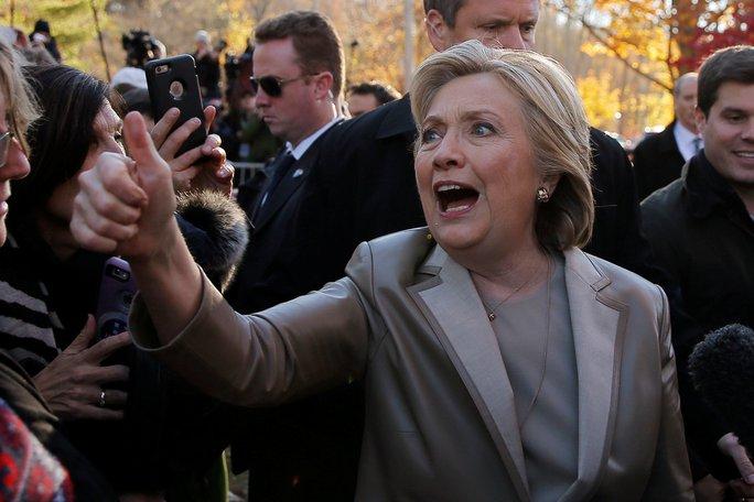 Bà Hillary Clinton chào người ủng hộ bên ngoài phòng phiếu ở TP New York hôm 8-11. Ảnh: Reuters