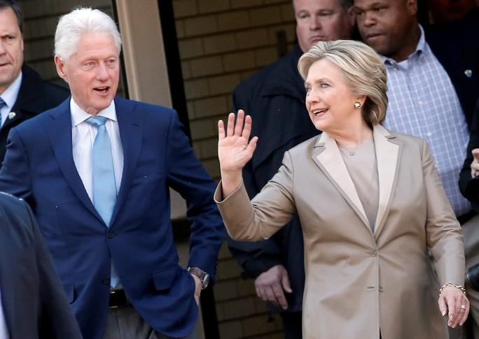 Bà Hillary Clinton và chồng, cựu Tổng Bill Clinton, rời phòng phiếu ở TP New York hôm 8-11. Ảnh: Reuters