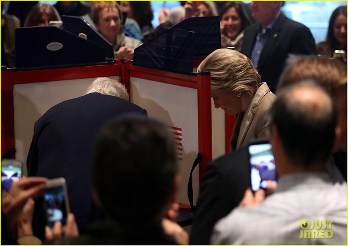 Bà Hillary Clinton bỏ phiếu tại TP New York – Mỹ hôm 8-11. Ảnh: Justjared.com
