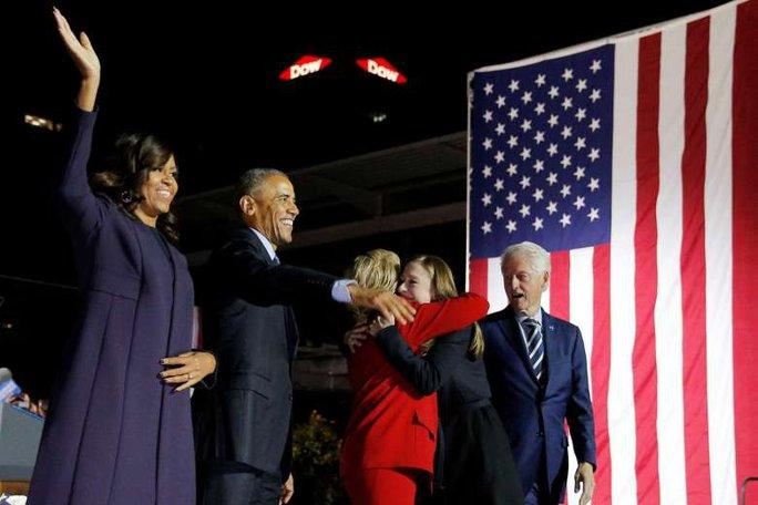 Ứng viên đảng Dân chủ Hillary Clinton ôm cô con gái Chelsea trên sân khấu vận động tranh cử cùng cựu tổng thống Bill Clinton, Tổng thống Barack Obama và Đệ nhất Phu nhân Mỹ Michelle Obama tại Pennsylvania. Ảnh: REUTERS