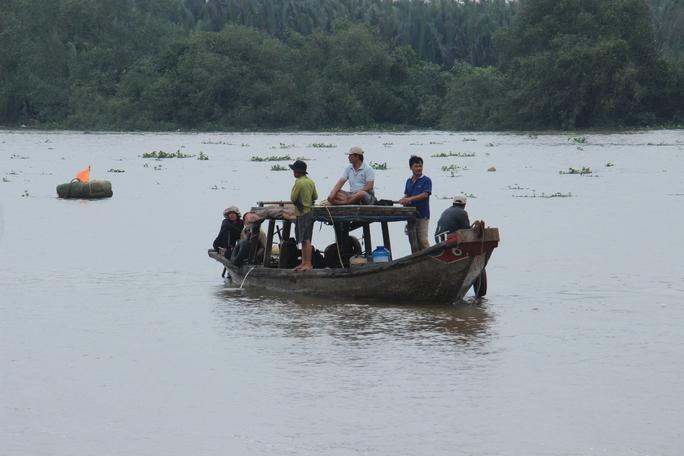 Lực lượng chức năng cùng người dân đang nỗ lực tìm kiếm 2 mẹ con chị Liên bị mất tích trên sông Vàm Cỏ Đông