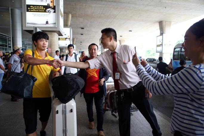 Nhiều CĐV tranh thủ bắt tay Công Phượng tại sân bay