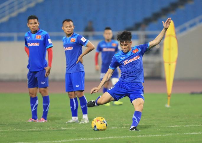Công Vinh trong bài tập sút cầu môn của đội tuyển Việt NamẢnh: HẢI ANH