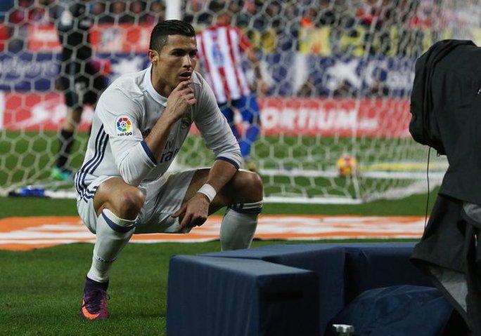 Ăn mừng kiểu mannequin, Ronaldo bị fan chế giễu