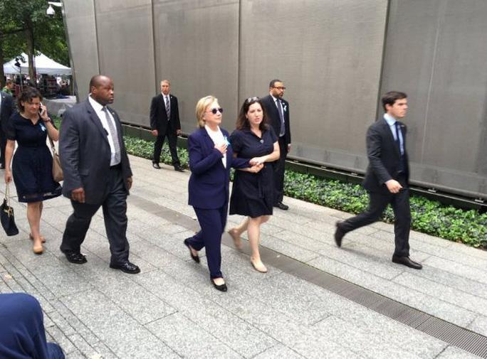Người phụ nữ được cho là điều dưỡng riêng dường như bắt mạch cho bà Clinton. Ảnh: Twitter