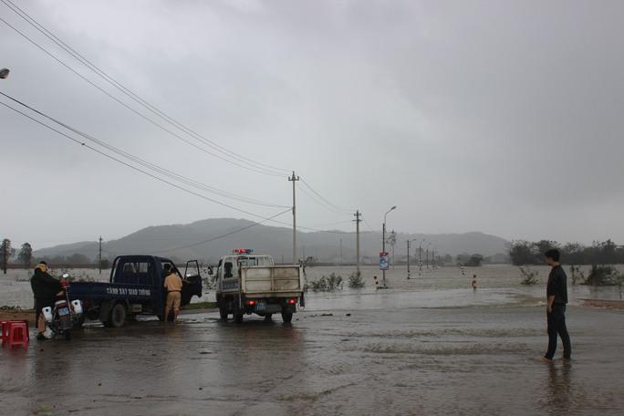 CSGT huyện Tuy Phước lập chốt chặn những đường ngập nước không cho dân đi lại để đảm bảo tính mạng cho họ